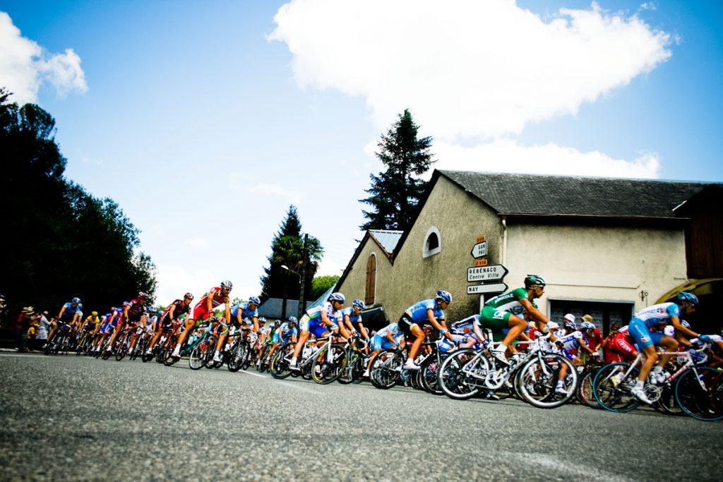 ツール・ド・フランスを走るプロトン(大集団)3週間で3000kmを走る最高峰のレースです。