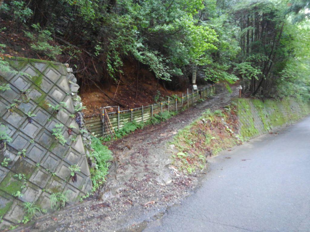 愛宕山への裏参道。一般車の進入は禁止です。少し上がったところに物資運搬用のジムニーが停められています。