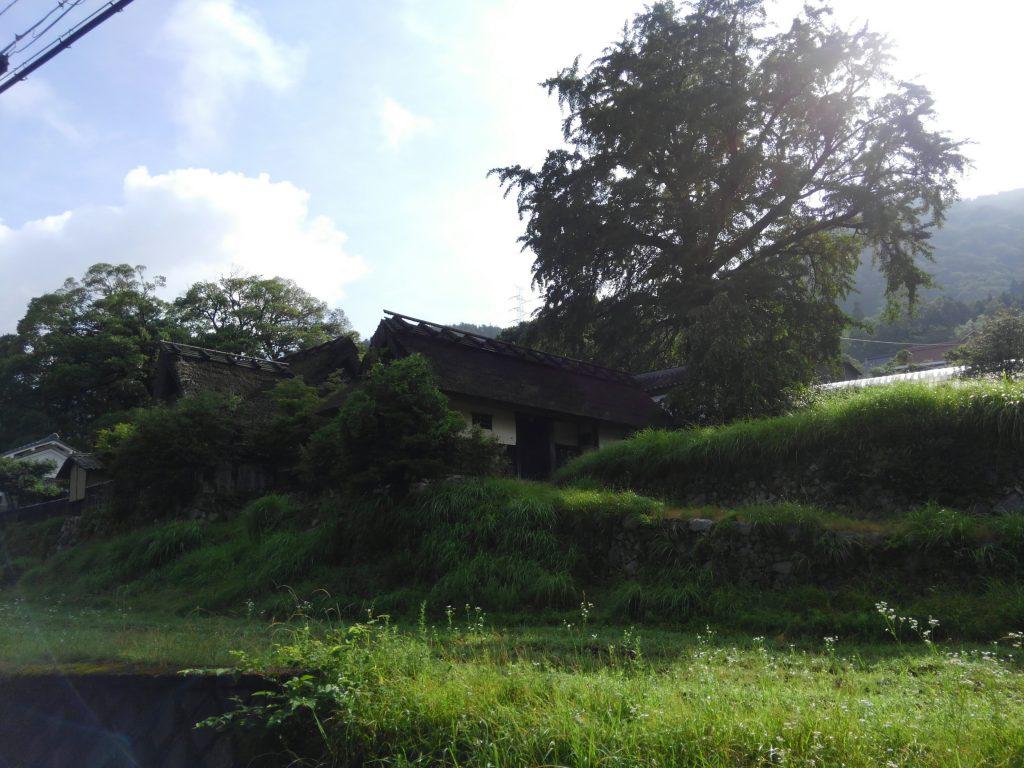 河原邸。道から見上げた高台にあります。