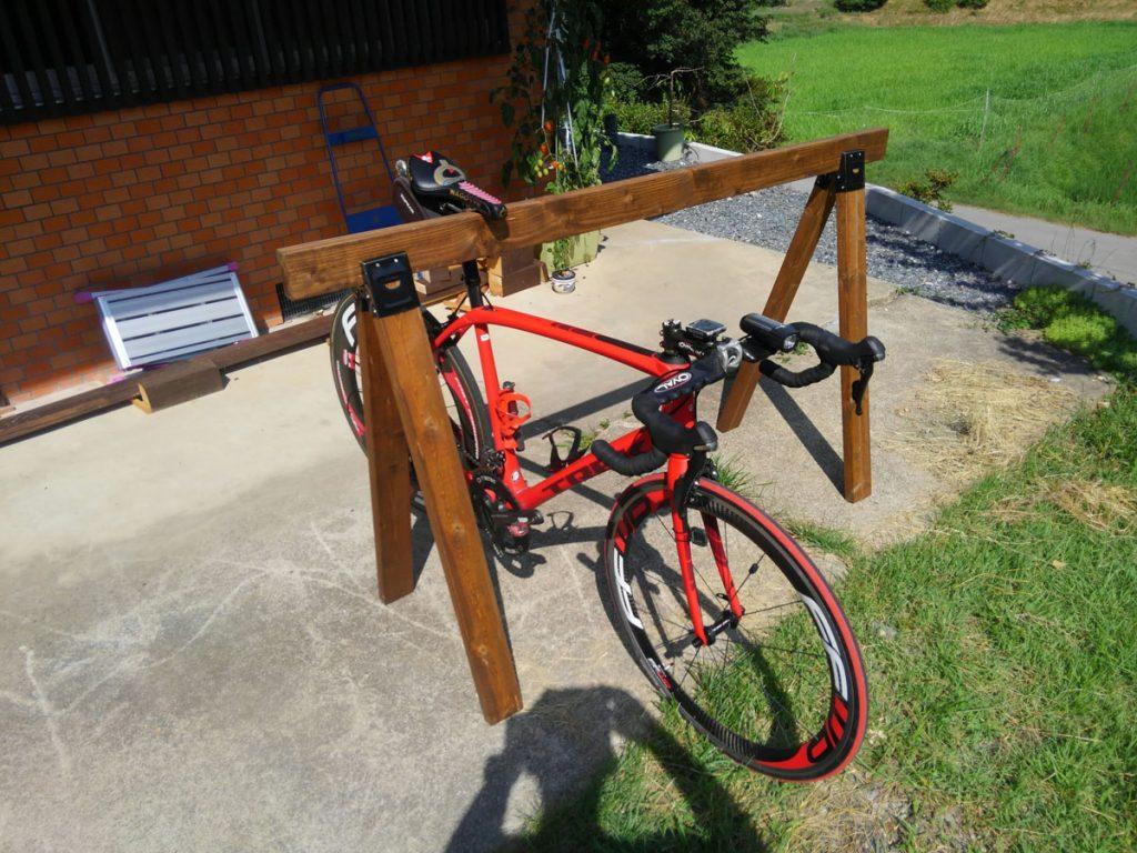 木製自転車ラック。サドルを引っ掛けるだけで簡単に自転車を停められます。