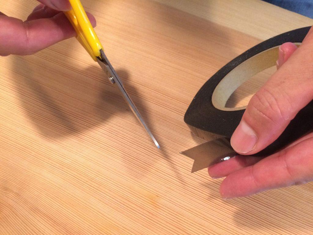 チューブラーテープの端をバルブの穴に回り込むようにカットします。