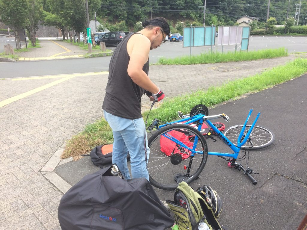 輪行袋に入れるために自転車の分解開始です。