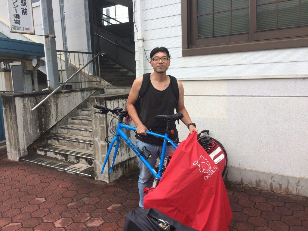 駅の外で自転車の組み立て開始~!