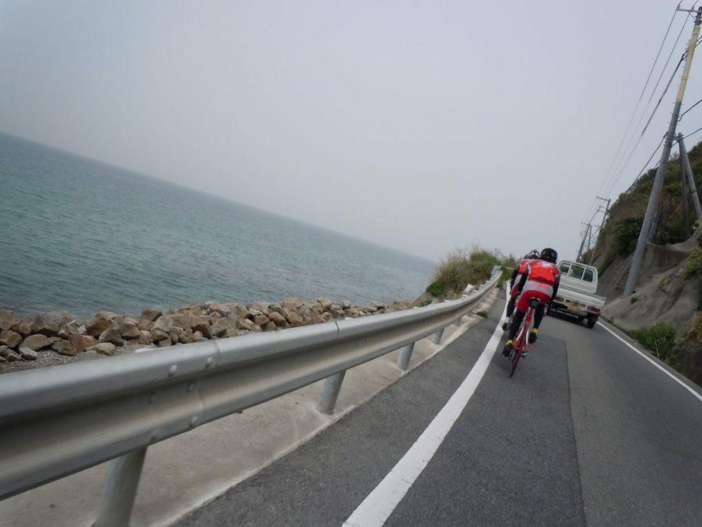 チームで淡路島1周したときの様子。海沿いの細い道で車と接近しながら走ることになります。