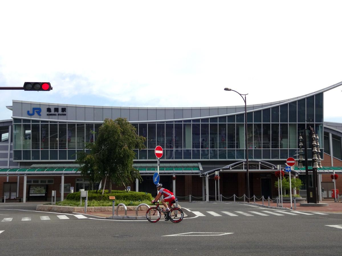 今回のサイクリングコースの起点となる亀岡駅。2回部分に観光協会があります。