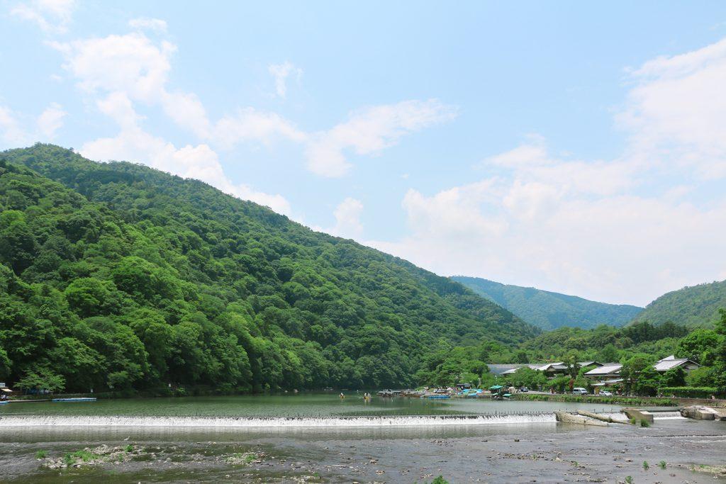 アラビカコーヒーの前は保津川。亀岡からの保津川下りの終点でもあります。