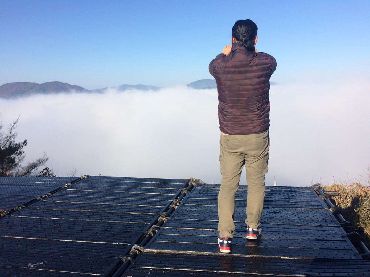 霧のテラス。見晴らしはいいけど手すりがないのでカメラ構えながら落ちないよう注意してください(笑)