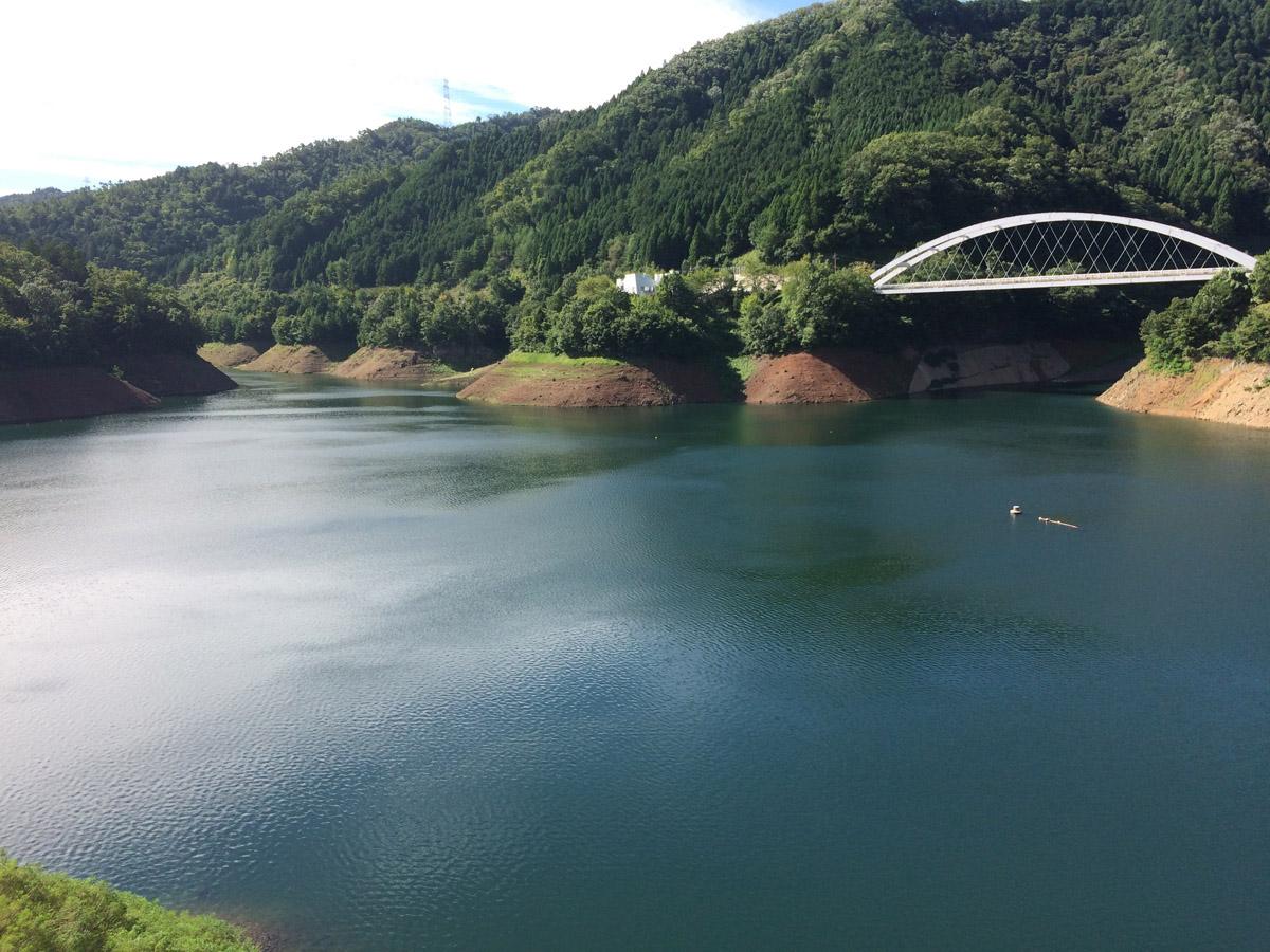 天若湖はバス釣りのメッカとしても有名です。奥に見えるフィッシングセンターからボートを湖面に下ろしてバスフィッシングが可能です。