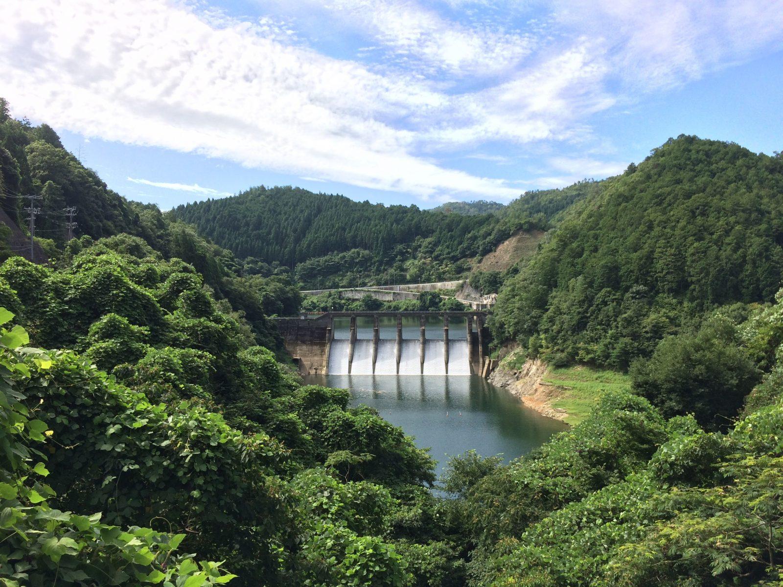 日吉ダムの最奥にある世木ダム。昭和初期に建造され、日吉ダム完成後8割が水没しているが今も健気に発電を続ける長寿ダム。
