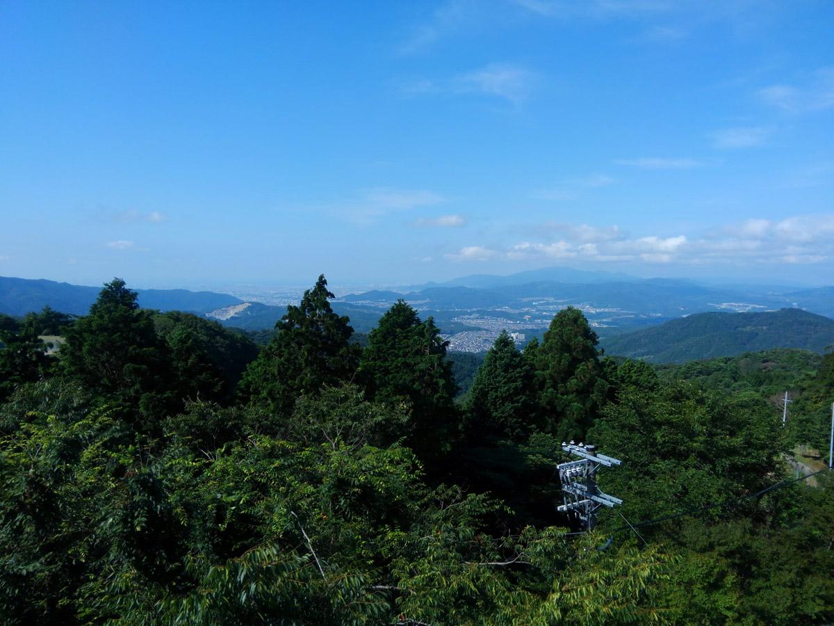 展望台からの風景。晴天でモヤがかかっていなければ大阪湾はもちろん、淡路島やあべのハルカスも肉眼で視認できます。