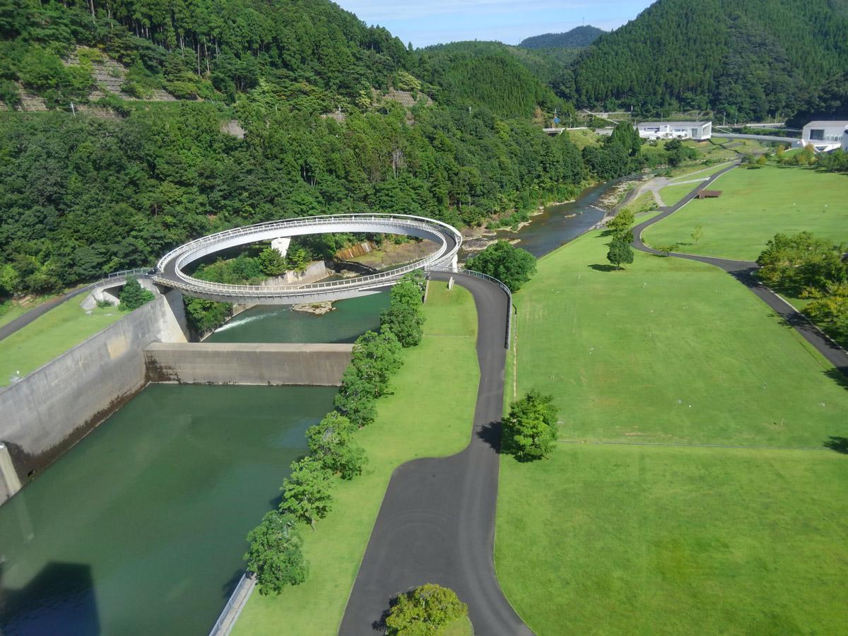ダムの上から芝生広場を見下ろす。ダムの中にあるビジターセンターからエレベーターで上ることができます。