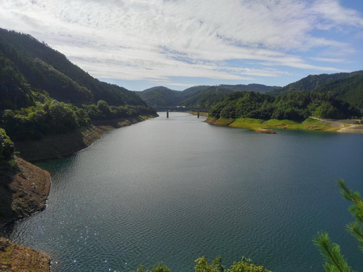 美しい天若湖。ダム完成時に湖底に沈んだ集落「天若(あまわか)」が名前の基となっています。