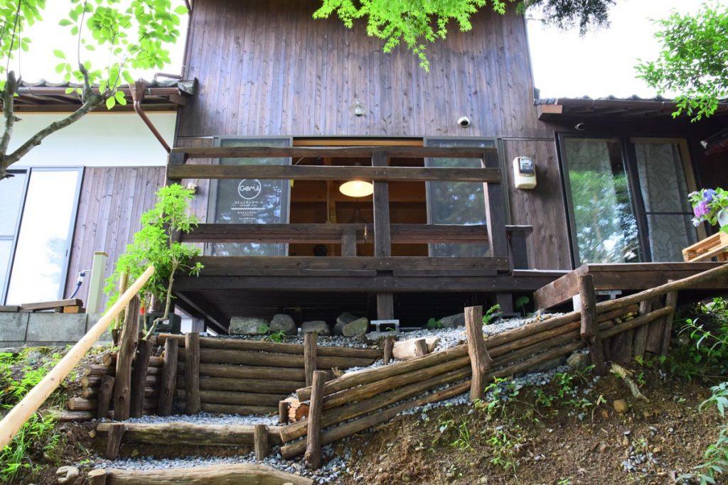 階段は完成したウッドデッキへとつながっています。もはやDIYを越えて土木工事のレベル。