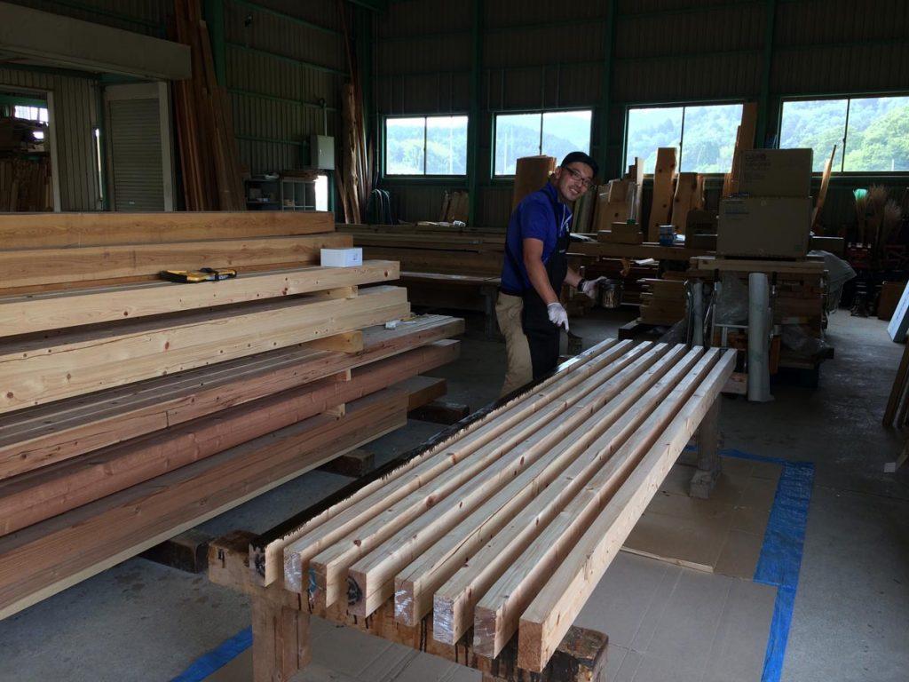 作業台に木材を乗せてひたすらヌリヌリ。