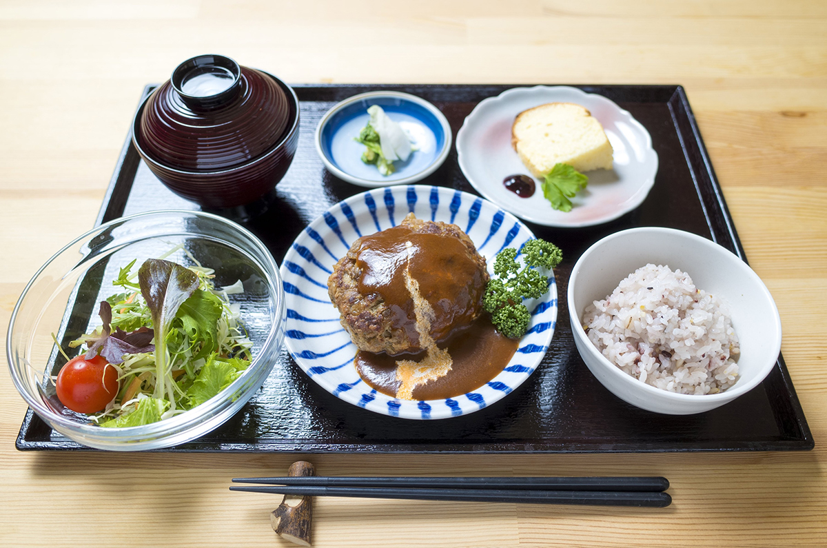 定番のハンバーグランチ(20食限定)コーヒーセットで1,000円はお得。手ごねでお肉感たっぷり。