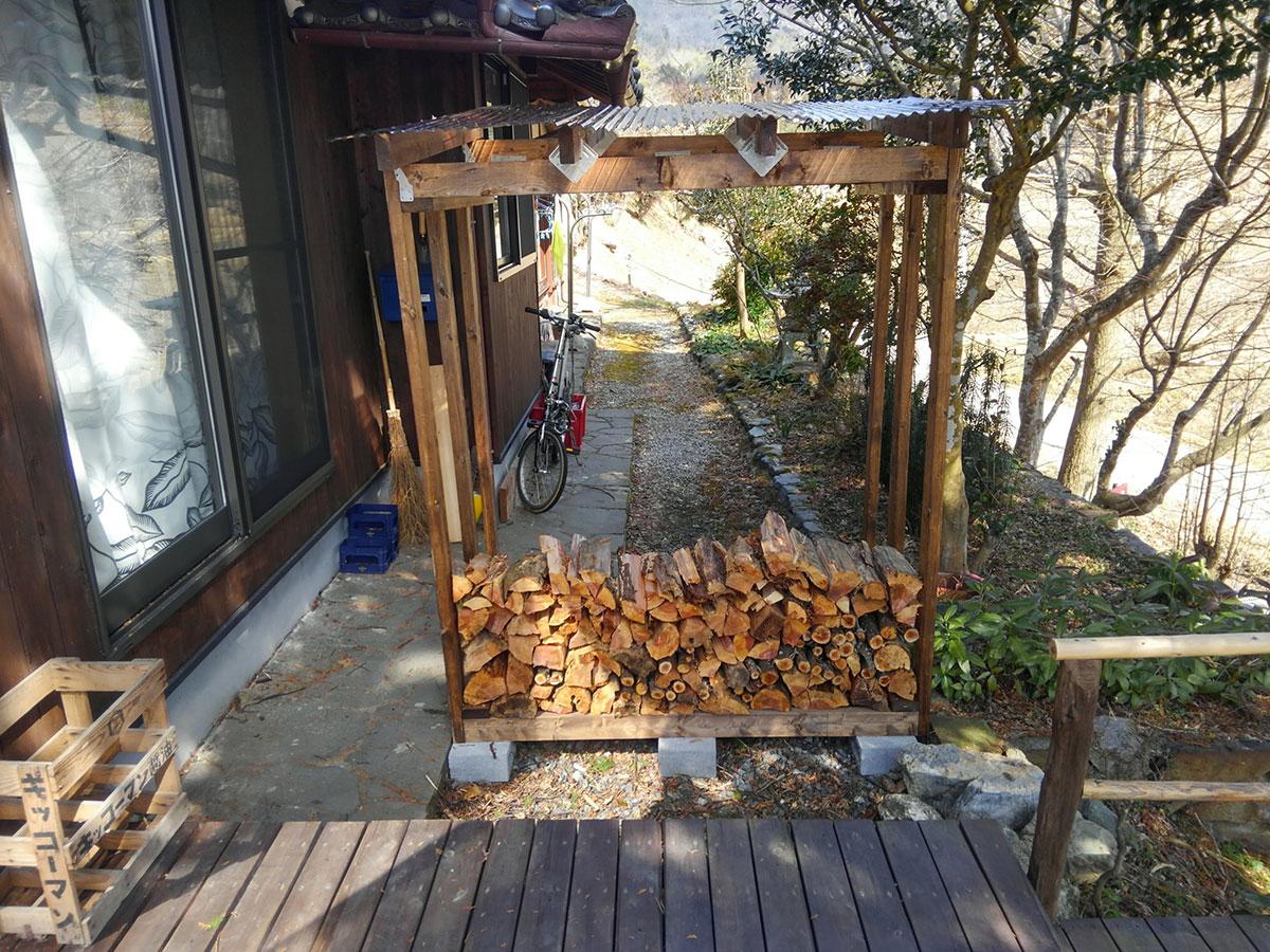 このように下から薪を積んでいきます。
